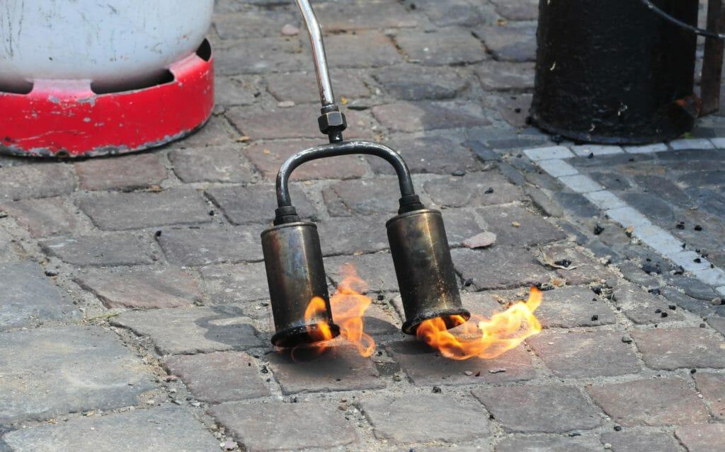 Propangasflasche für Gasbrenner als Unkraut Abflammgerät