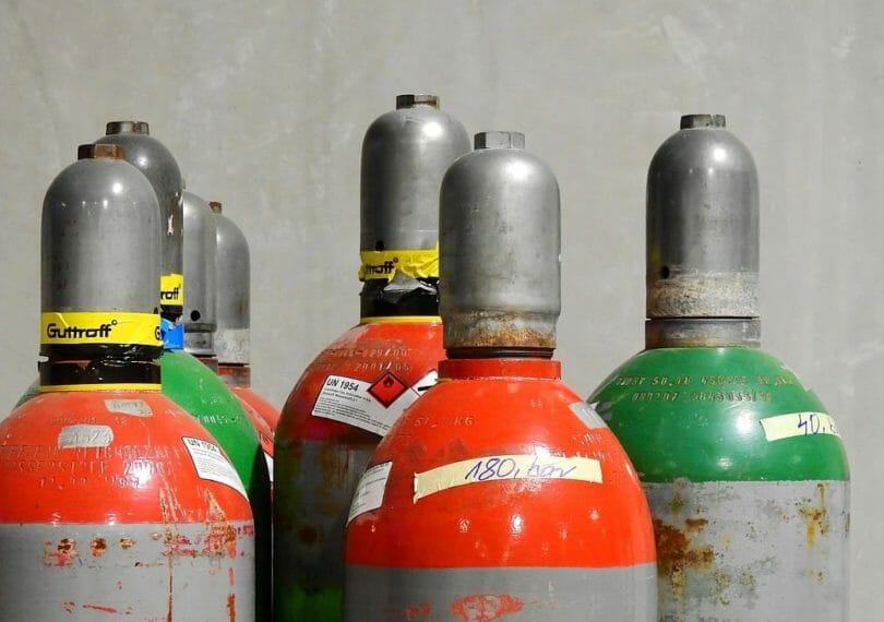 Schutzgas in grauen Gasflaschen