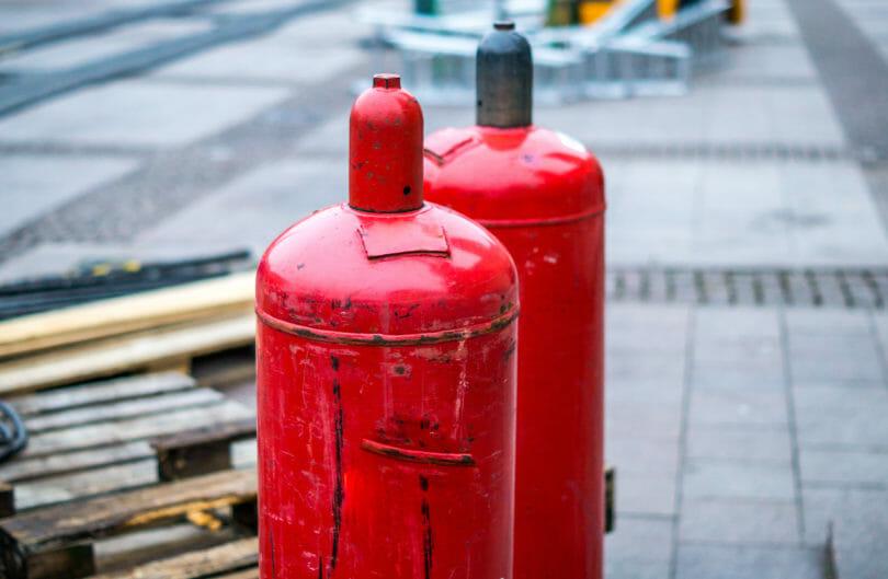 Mehrere rote Gasflaschen 33 kg Propangas