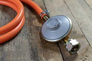 Gasdruckregler 30 mbar orangener Schlauch