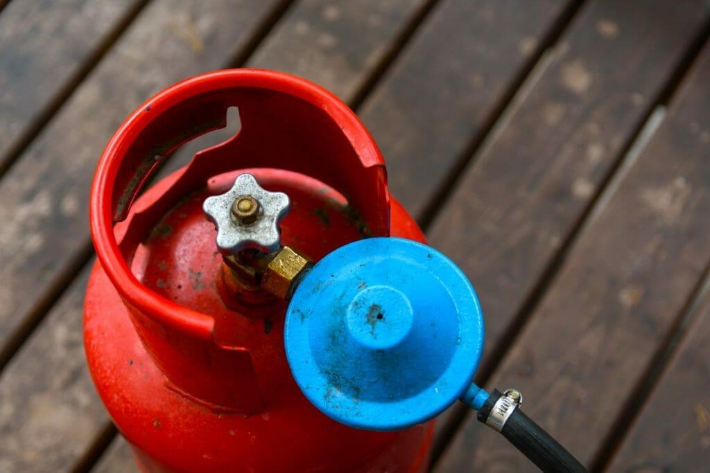 Gasflasche rot mit Druckregler