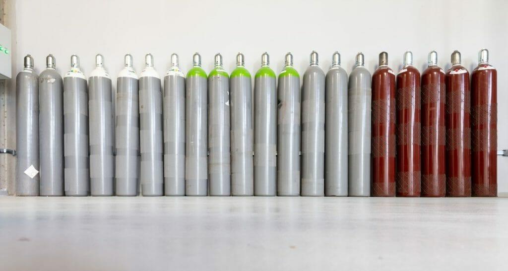 Gasflasche Argon Sauerstoff Helium an Wand