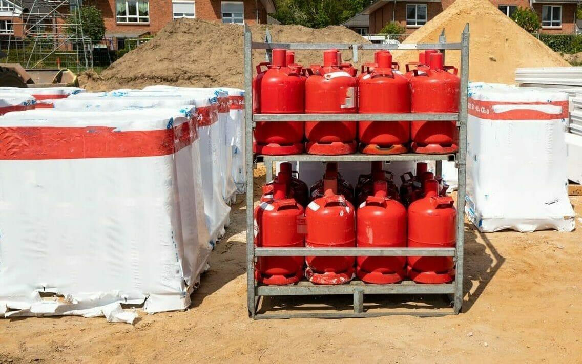 Zwei Paletten rote Gasflaschen für Gewerbe