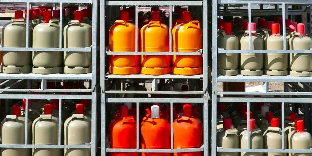 Rote, orangene und graue Gasflaschen Paletten Gewrbe
